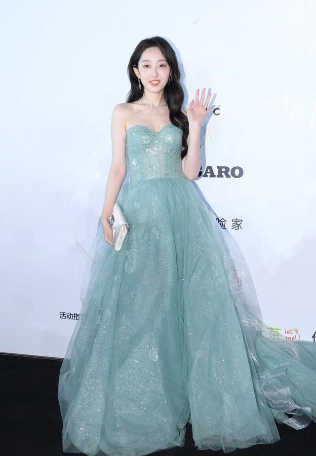 31岁蒋梦婕出席活动,一袭蓝色纱裙又美又甜,网友:是公主吧