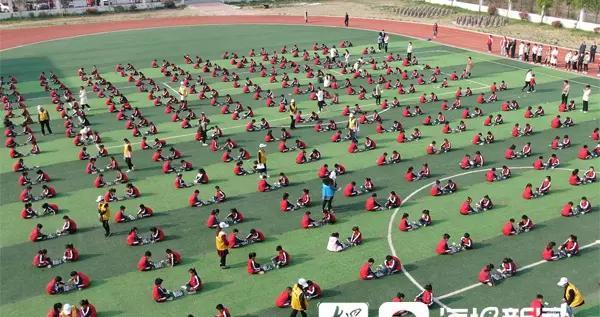 视频|聊城千余名小学生操场对弈国际象棋 场面壮观如棋盘