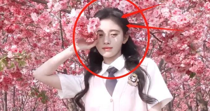 鞠婧祎晒旅行vlog,穿jk制服变校园甜妹,我却在关注她的发际线