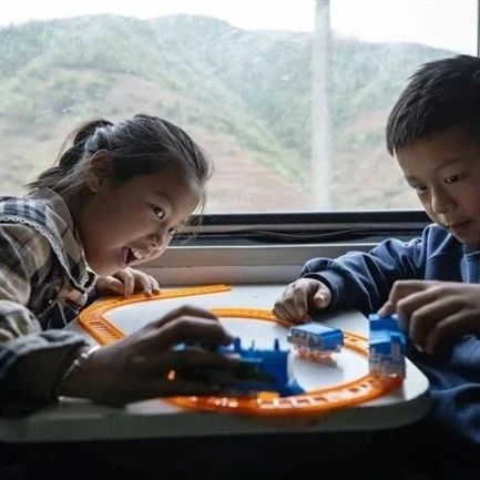 """组图丨高铁时代,大凉山铁轨上流淌""""慢幸福"""""""
