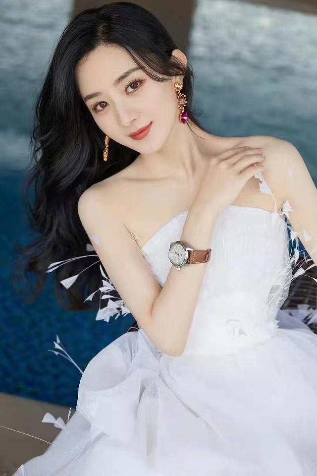 杨紫和赵丽颖穿婚纱出席活动,被叫老婆一脸娇羞,活动现场挤满人