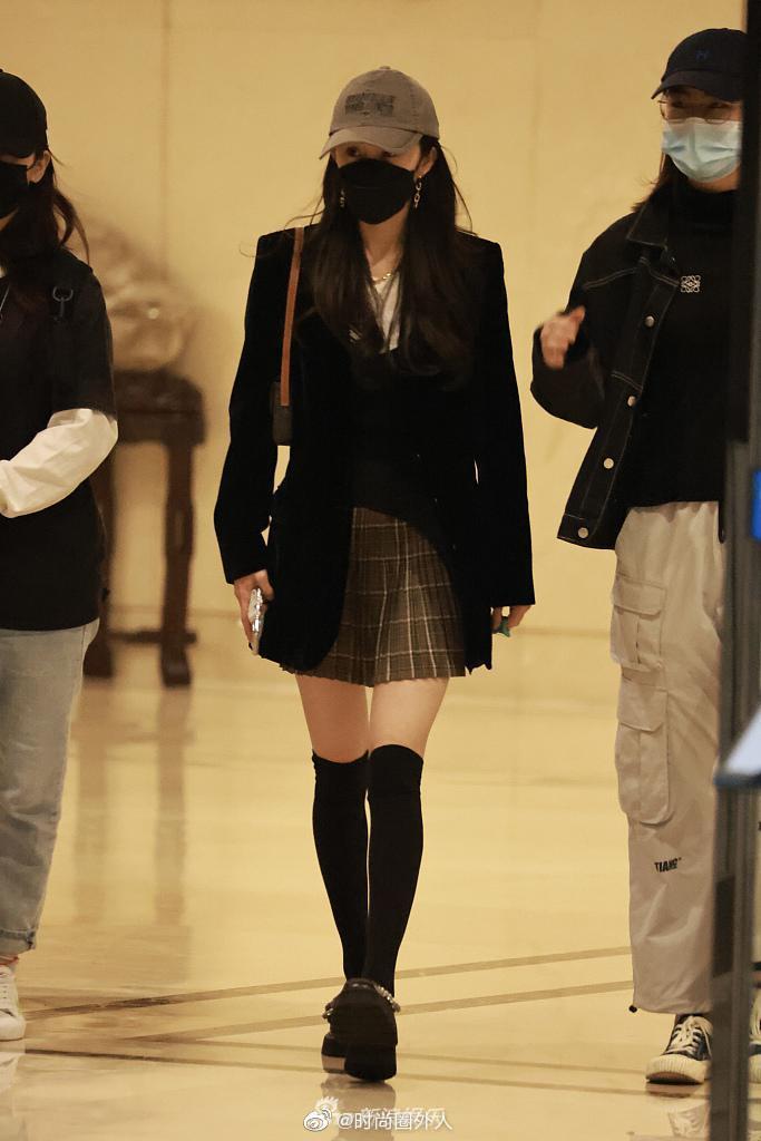 机场街拍,身穿黑色西装搭配格纹半裙,甜酷学院风……