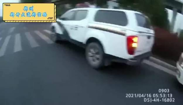 6座面包车实载20人 交警六大队查获一起严重超员面包车