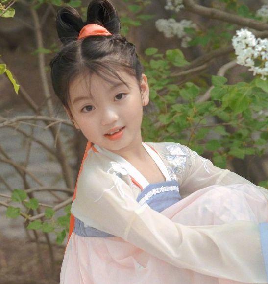 网友偶遇阿拉蕾,8岁身穿粉色汉服逛颐和园,满眼的疲态惹人心疼
