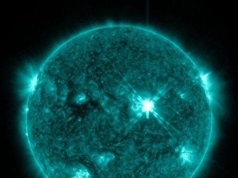 太阳表面5500度,到地球温度都很热,为什么太空却接近绝对零度?