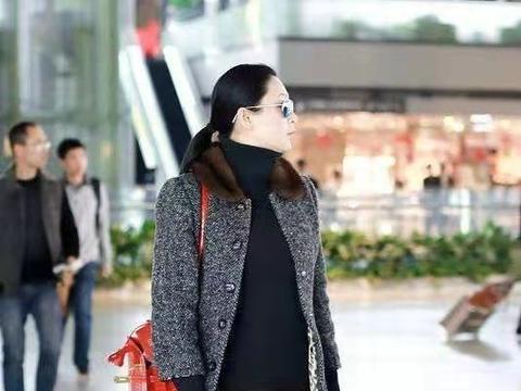 陈红夫妇合体走机场,陈凯歌一身成功男士范,她拎大牌包似贵妇