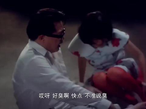陈友仗着穿了隐形衣,故意捉弄一对男女,竟让他们互舔脚指头
