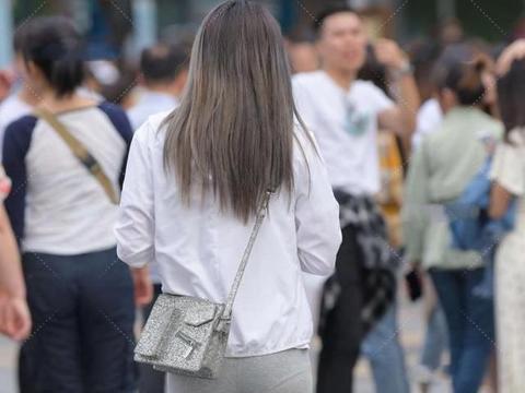 """美女""""休闲上衣搭配浅灰色裤子"""",不同风格,同样搭出可爱俏皮感"""