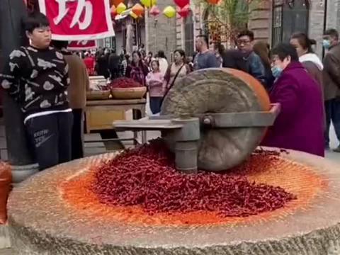 石磨压辣椒面,祖祖辈辈传承下来的老物件,现在已经很少见到了!