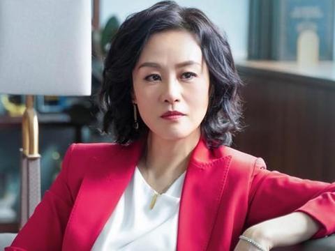 邬君梅穿衣不单调,素雅与亮丽的装扮都很美,55岁优雅有知性魅力