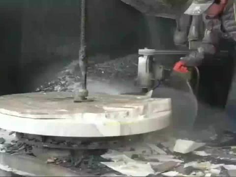 工人切割的原石翡翠,表面切得非常光滑,师傅的手艺真不错!