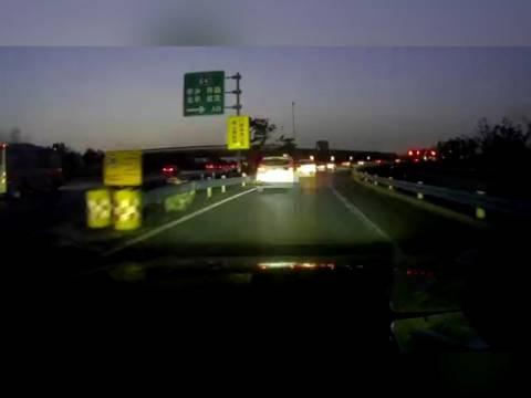 高速匝道内追尾碰撞 只因未保持安全车距