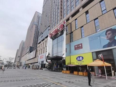 深圳万达广场首店实况,品牌更迭频繁,人流稀少