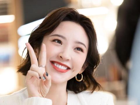 唐艺昕出现在直播室,与薇娅互动,粉丝:笑容好美