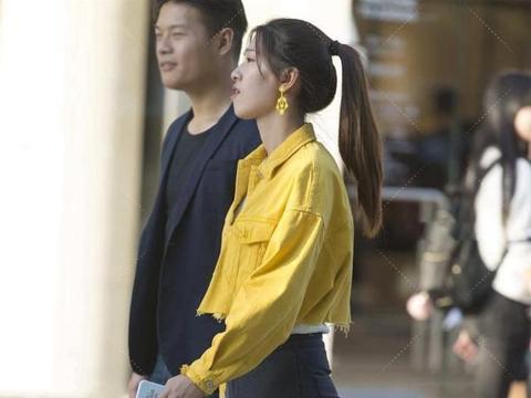 明黄色上衣配纯白色T恤,彰显气质,尤其显白显瘦