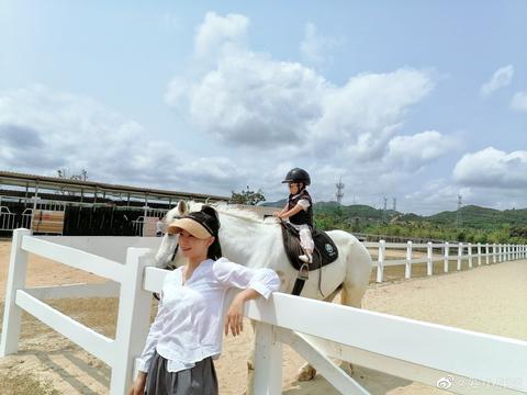 奥运冠军带女儿游玩!三岁爱女戴墨镜骑白马,吃西红柿表情太可爱