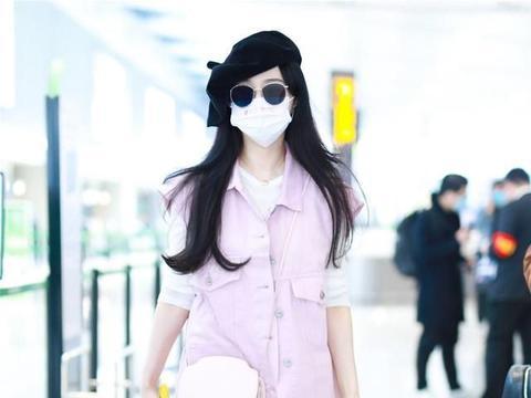 范冰冰机场现身造型太嫩!粉色马甲配贝雷帽系错扣子,秋衣太抢镜