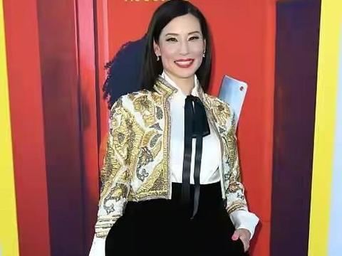 刘玉玲登时尚杂志!穿连体衣秀身材撞脸董明珠,157身高看着像175