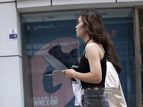 黑色吊带上衣搭配烟灰色牛仔裤,配上独特设计的凉鞋,时髦又个性