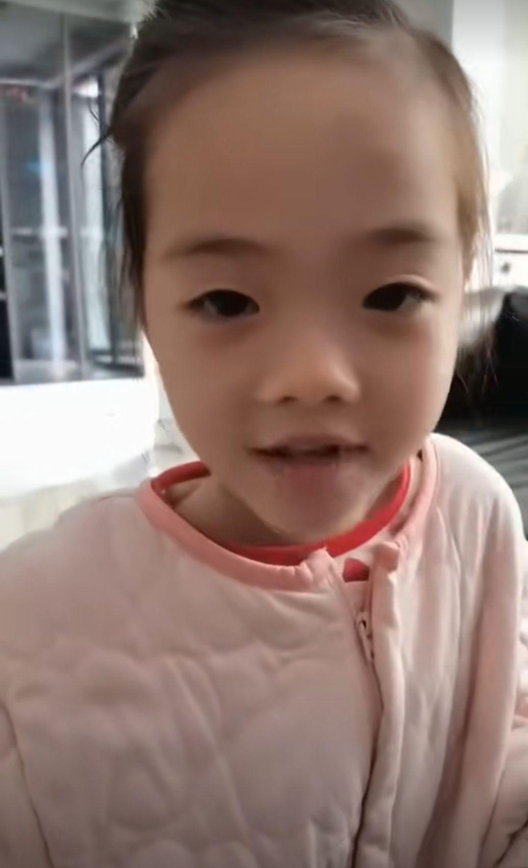 奥运冠军杨威罕晒女儿,塌鼻梁和爸爸如出一辙,豪宅装修简单大气