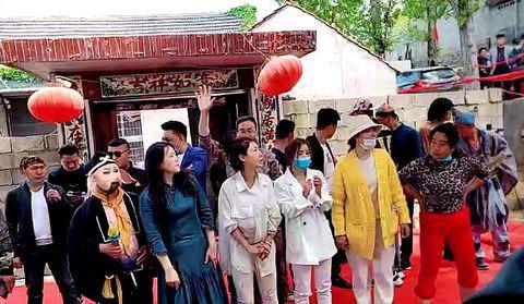 杨树行村秘史:隐名者捐赠红地毯,跑马场突起黑风暴