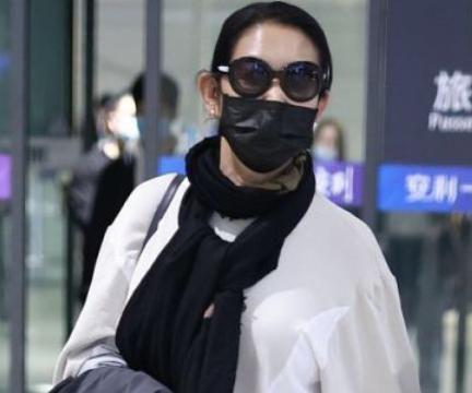 62岁倪萍不显老,宽松白T搭配休闲牛仔裤,一下减龄20岁