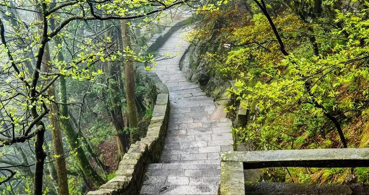 江西庐山有个天然的仙人洞,形似佛手,传说吕洞宾在此修道成仙