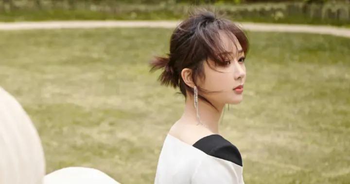 杨紫最新活动造型,换了发型后美出新高度,一身白裙甜美又仙气