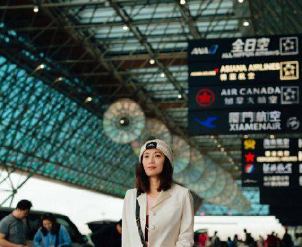 """46岁的贾静雯已是""""妈妈辈"""",穿一条蓝色的泡泡连衣裙,高级减龄"""