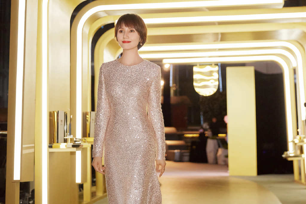 袁泉不愧是高级女神,穿亮片连衣裙格外精致优雅,气质简直满分!
