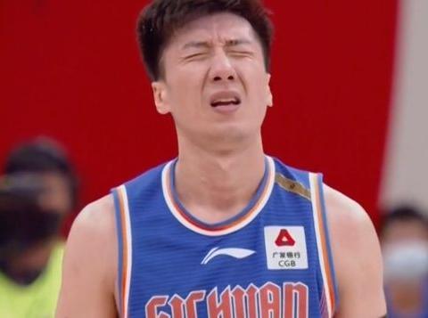 四川最后犯2低级失误,韩硕+朱松玮自责,赛后队友摸头安慰
