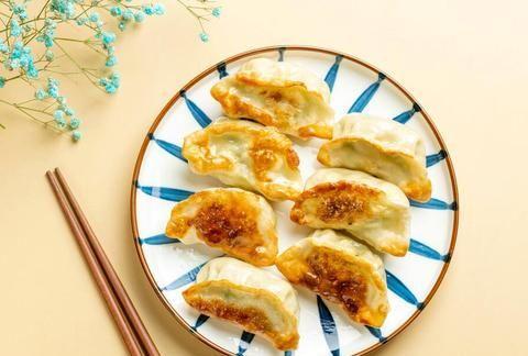 煎饺子时,热油下锅还是冷油下锅?很多人做错了,饺子破皮还粘锅