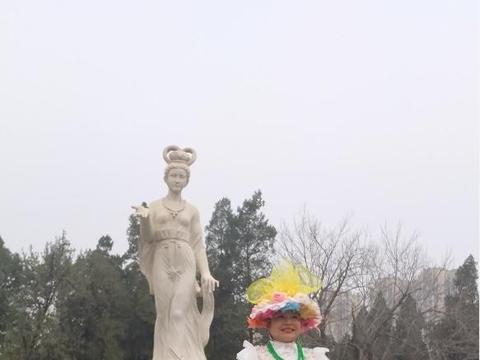 缅甸国家联邦共和国赛茂康总统夫人灵光花仙子应邀到河南洛阳考察