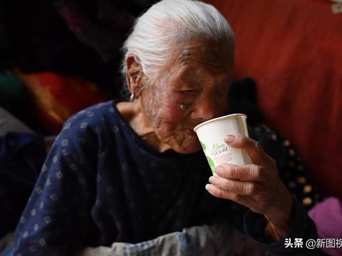 """102岁奶奶""""豪横""""生活,喝白酒,吃猪头肉,喝饮料,最爱逛街"""