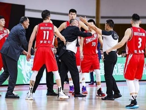 严惩裁判汪梅,吴庆龙因他失去最佳教练资格,被篮协下放CBDL