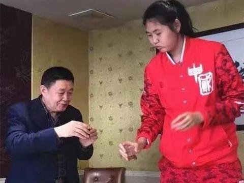 """中国女篮又出""""巨无霸""""!14岁身高2米27,被誉为郑海霞接班人"""