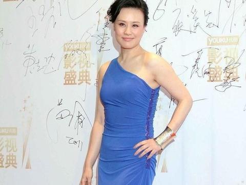 邬君梅的衣品真的挺一般,穿深紫色的裙子也敢穿,全靠颜值撑起来