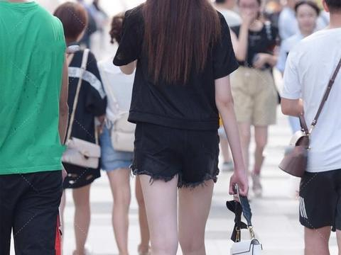 黑色短袖搭配同色牛仔裤,保持轻松感的同时,又不失时尚潮流