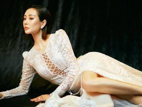 33岁李纯真敢穿,蕾丝镂空礼服裙秀好身材,剪成短发气质更出众