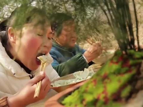 胖妹摘野菜包饺子吃,和奶奶吃着美滋滋太舒坦了