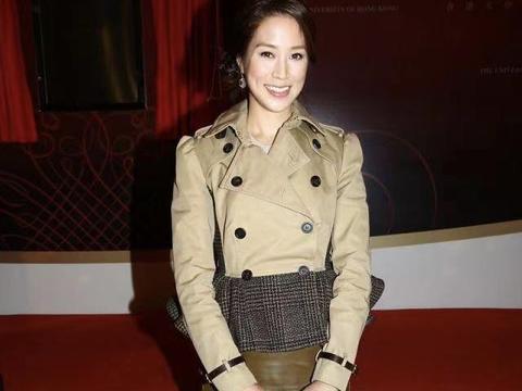 """38岁的徐子淇很有""""豪门""""贵妇范,穿一件风衣式连衣裙,高贵优雅"""