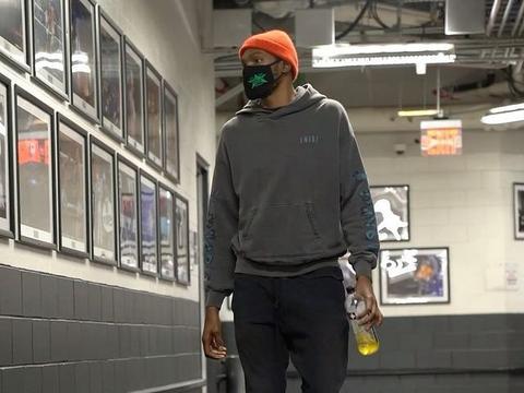 杜兰特进入球馆边走路边拍球 哈登赛前热身狂练三分投篮