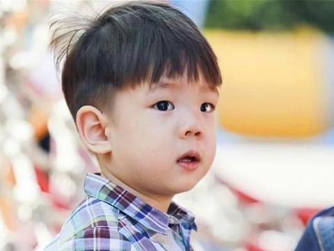 """嗯哼从""""胡一统""""到""""小杜江"""",孩子双眼皮多久才显现?了解一下"""