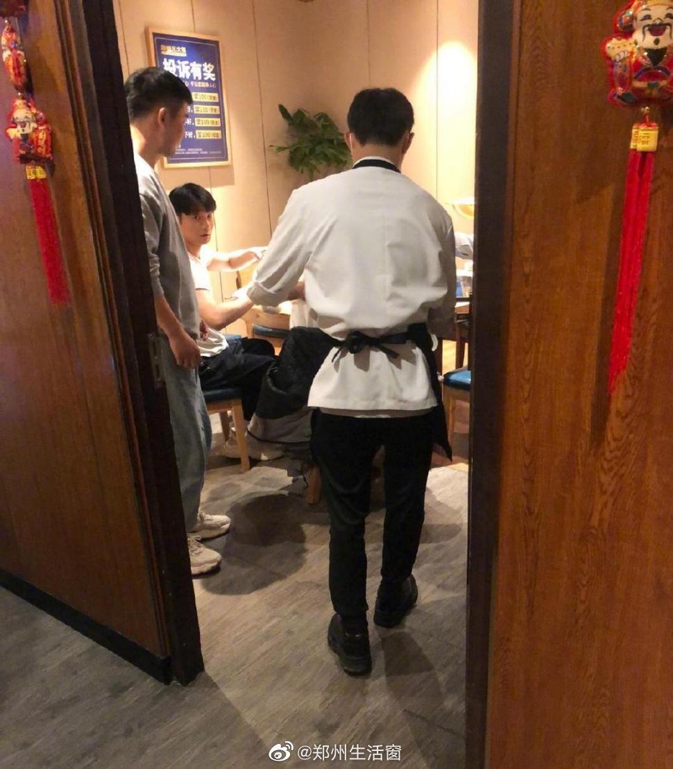 李荣浩吃重庆火锅……