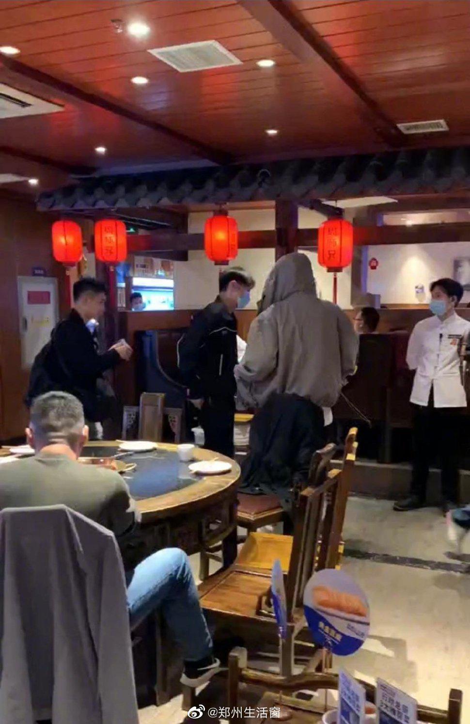 """李荣浩两年打卡同一家重庆火锅,李荣浩点赞""""投诉有奖""""制度……"""