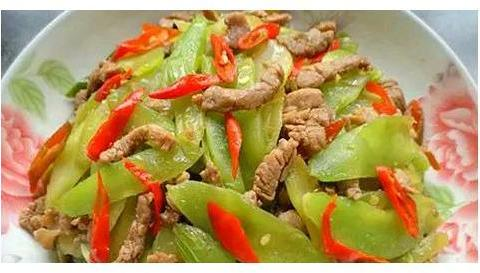 美食:莴笋片炒肉,糖醋排骨,三汁焖锅鸡,回锅肉的做法