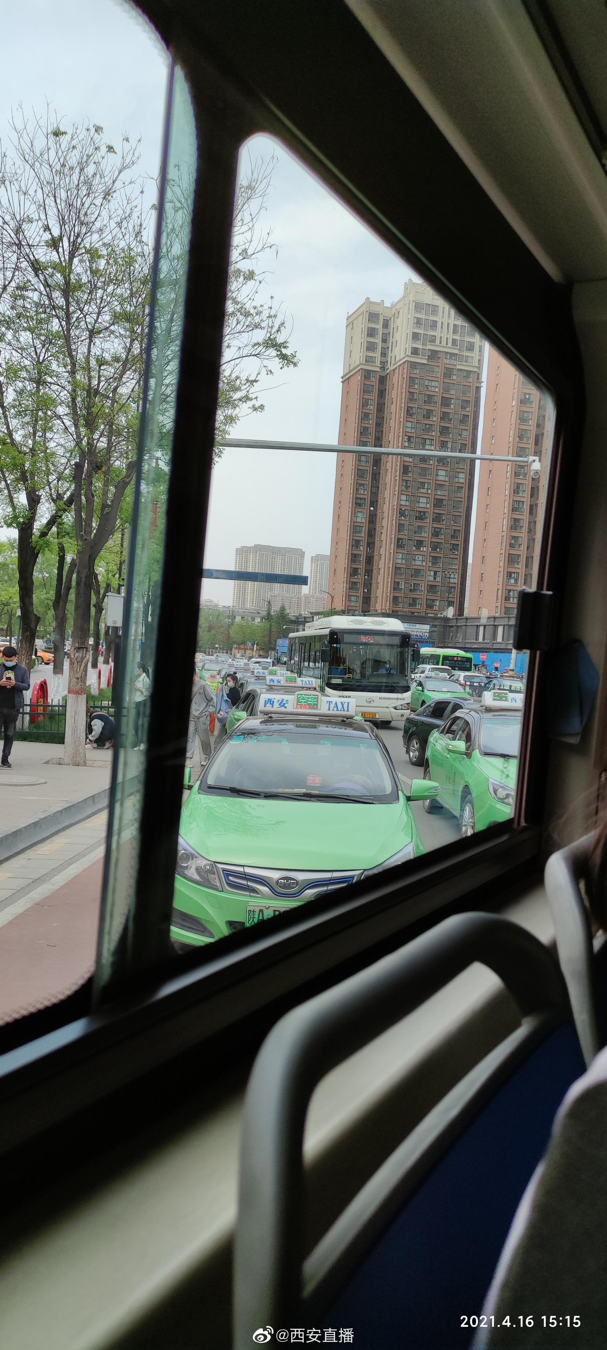 网友来稿:韦曲南地铁站,一长溜出租车停在路边……