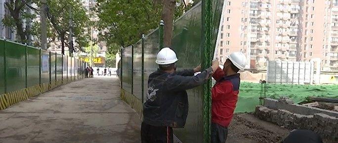 更换围挡保出行  修复被毁绿化带