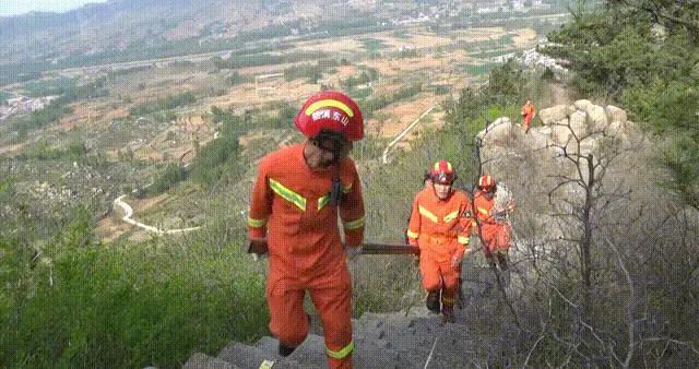 消防员翻山越岭2小时将伤者抬下山