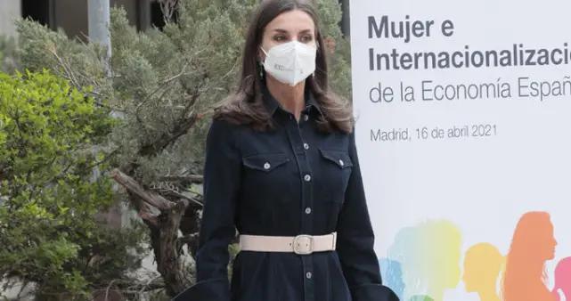 """48岁西班牙王后重穿牛仔裙,""""蚂蚁腰""""醒目,比梅根节俭还时尚"""
